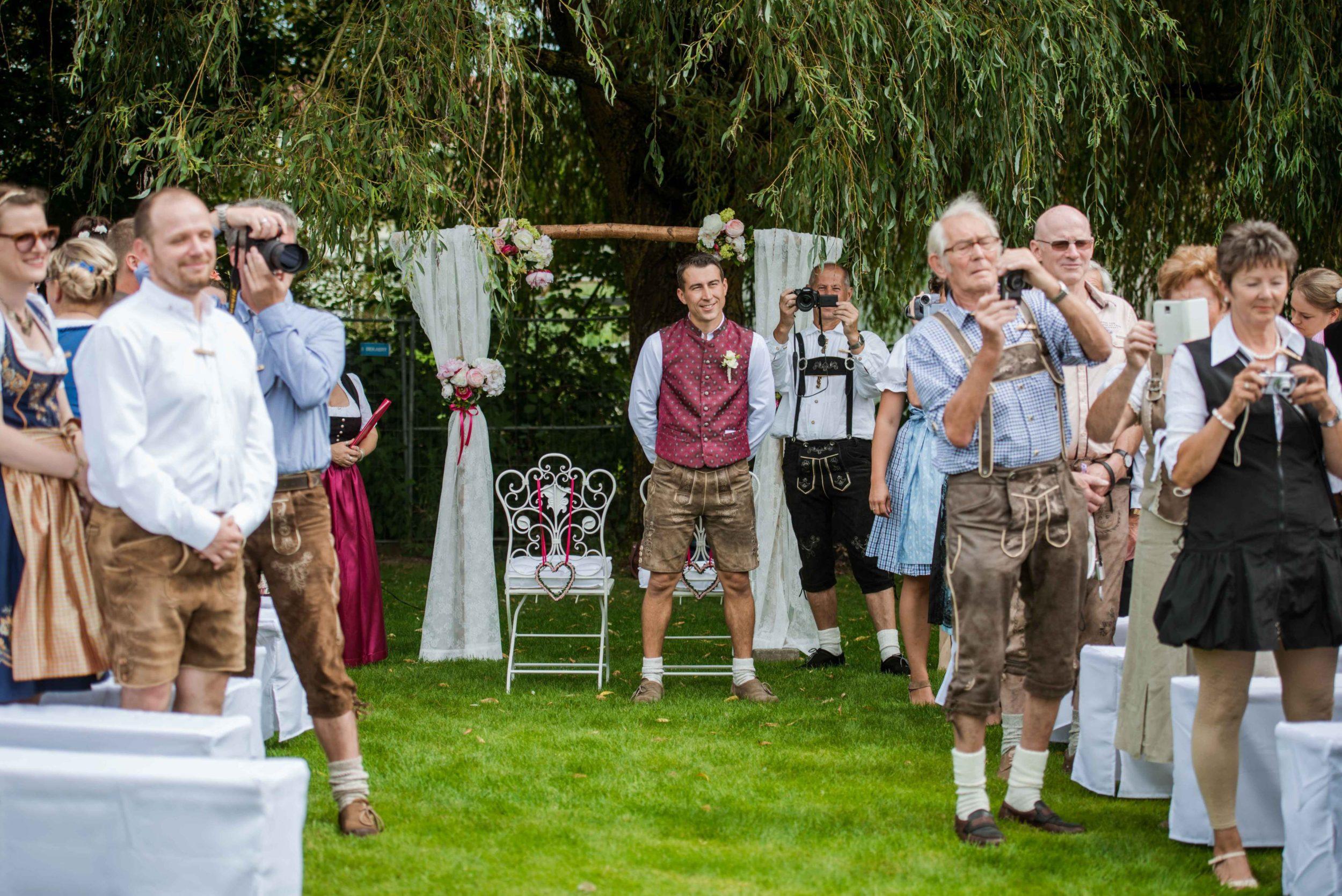 Die Gäste fotografieren die Braut beim Einzug zu einer freien Trauung