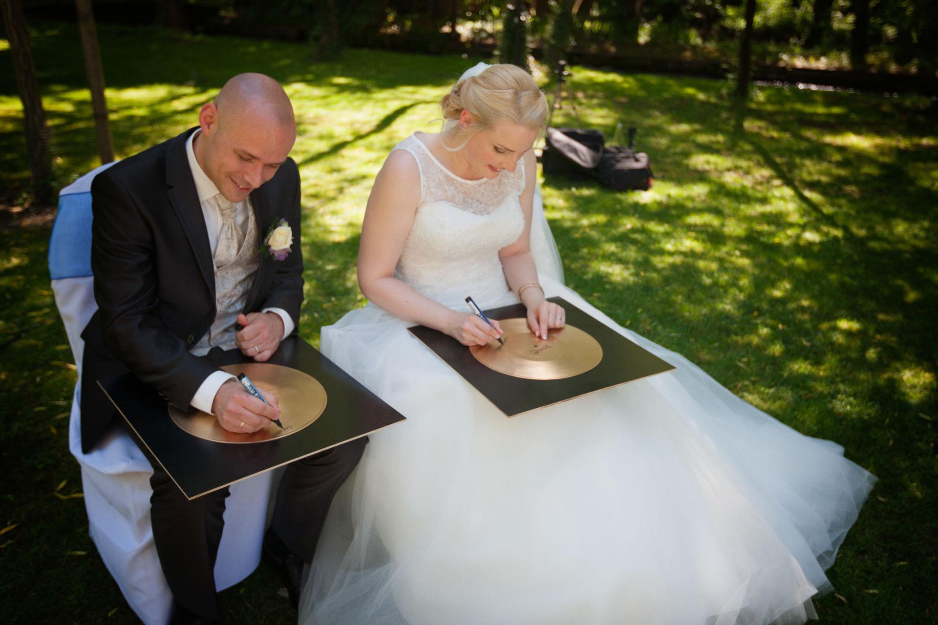 Goldene Schallplatten als Ritual einer freien Trauung von Die Hochzeiterin, Traurednerin in München